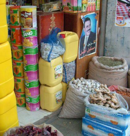 Bunte Warenwelt auf jemenitisch - mittendrin der Präsident
